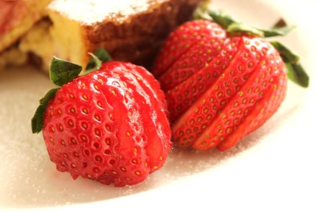 Roasted Strawberry and Mascarpone Stuffed French Toast - The Suburban ...