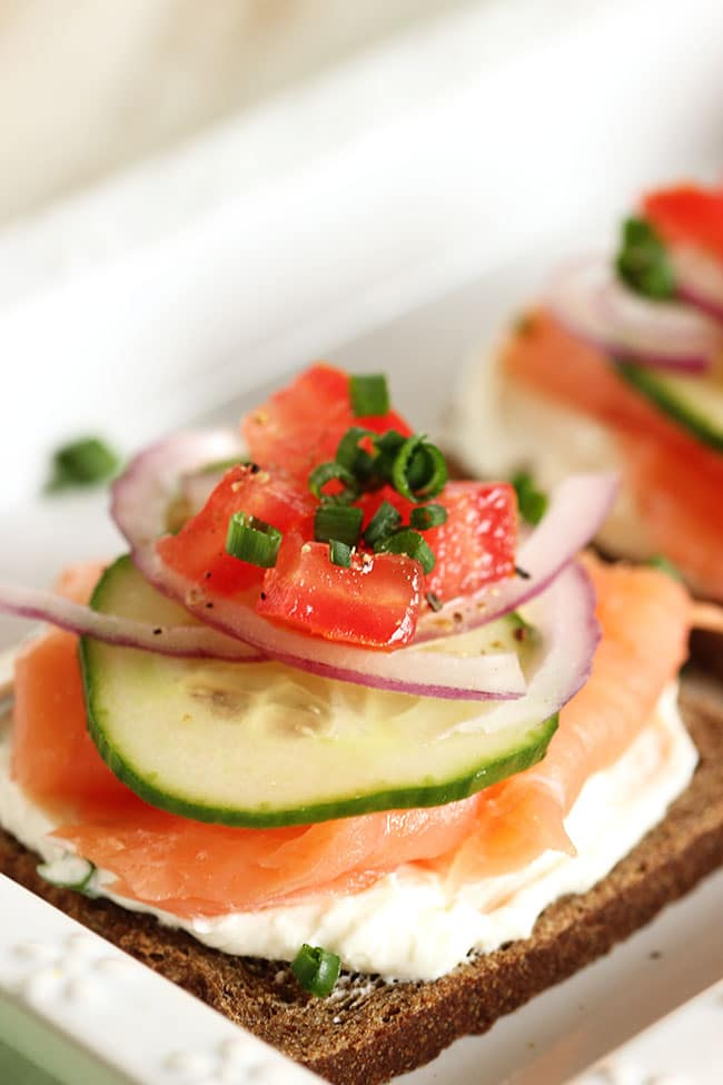 Smoked salmon canapes with whipped chive cream cheese for Salmon canape ideas