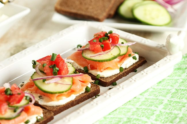 Smoked salmon canapes with whipped chive cream cheese for Canape with ingredients