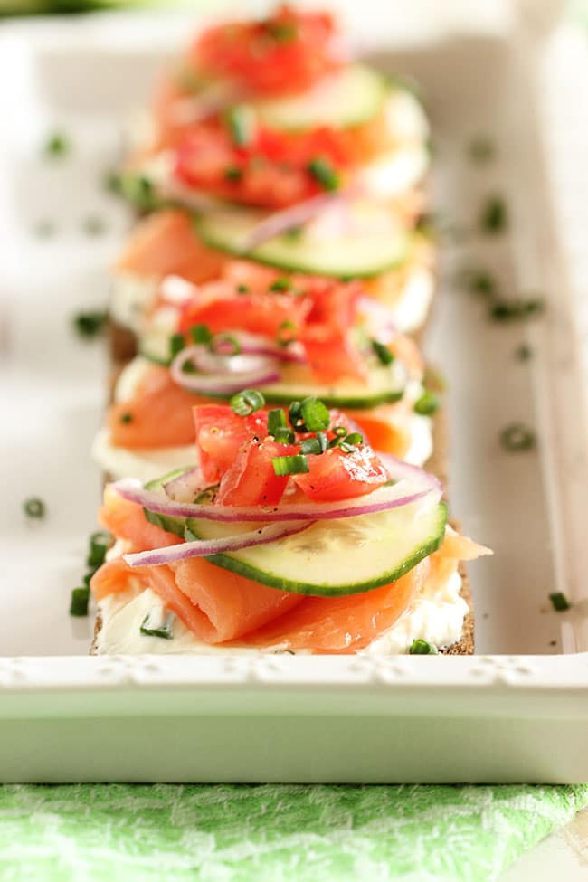 Smoked salmon canapes with whipped chive cream cheese for Canape spread